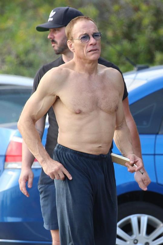 Jean-Claude Van Damme si stále udržuje svalnatou postavu.