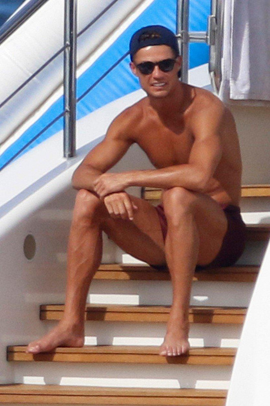 Cristiano Ronaldo vyvezl rodinku na luxusní jachtu.