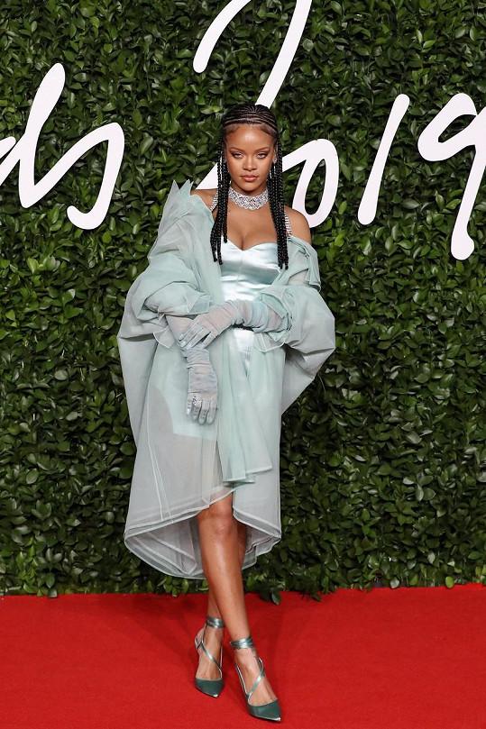 Rihanna byla na čeveném koberci nepřehlédnutelná.