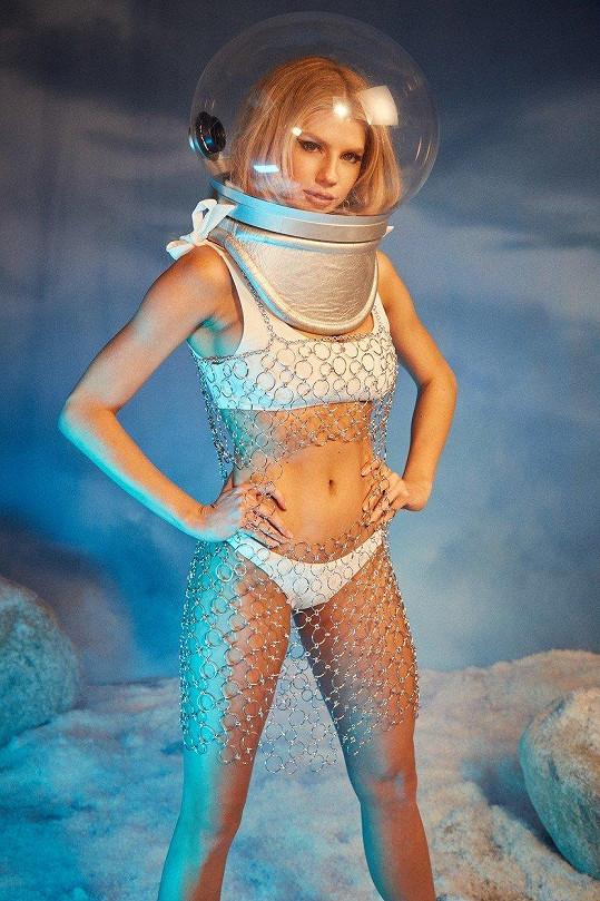 Charlotte jako sexy kosmonautka