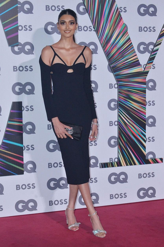 I modelka Neelam Gill vsadila na odhalený dekolt.