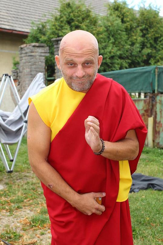 V seriálu Vinaři se zase změní v dalajlámu.