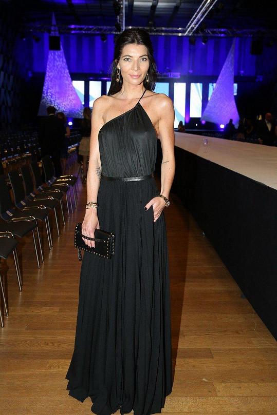 Šaty od Ivany Mentlové, pořízené v dražbě pro charitu, doplnila přítelkyně Leoše Mareše Kabelkou Valentino s typickými pyramidkami a šperky Tiffany z kolekce Lady Gaga a hodinkami Rolex.