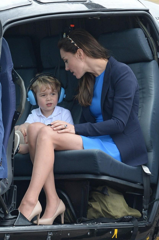 Princátko si helikoptéru prohlédlo i zevnitř.