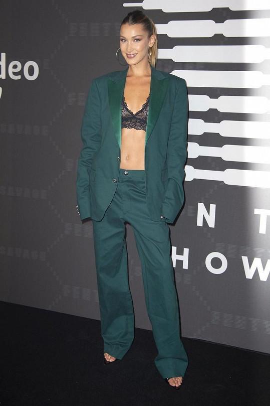 Bella Hadid doplnila krajkovou podprsenku oblekem.