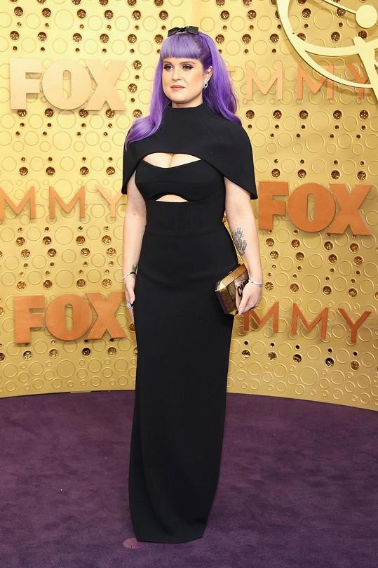 Kelly Osbourne zvolila rafinovaný střih šatů, který zdůraznil její přednosti.