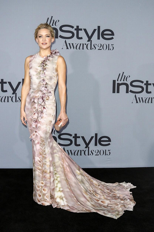 Jedny z nejkrásnějších šatů večera vynesla herečka Kate Hudson. Květinový potisk, volánová aplikace i převislá vlečka dodávaly šatům z jarní kolekce Giles majestátnost.