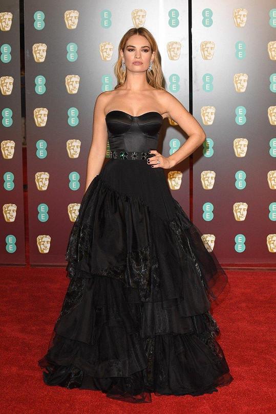 Lily James na sebe upozornila rolí Popelky. Tuto postavu si připomněla i v neděli večer, když nakráčela na rudý koberec v pohádkové róbě s nabíranou krinolínou Burberry.