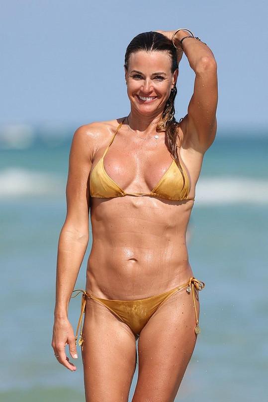 Kelly Bensimon se pochlubila sexy postavou v plavkách.