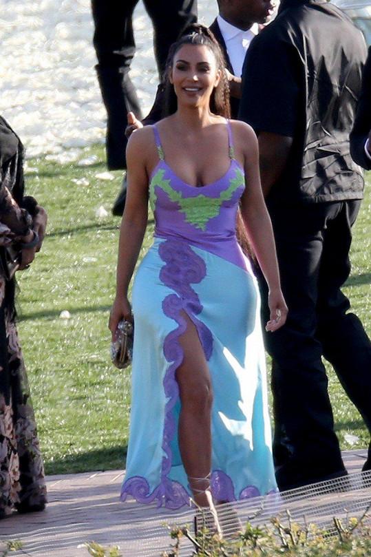 Kim Kardashian se mezi hosty neztratila.