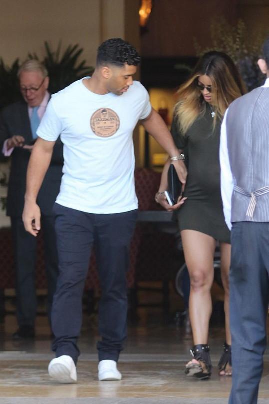 Hráče amerického fotbalu Russella Wilsona si zpěvačka vzala loni.