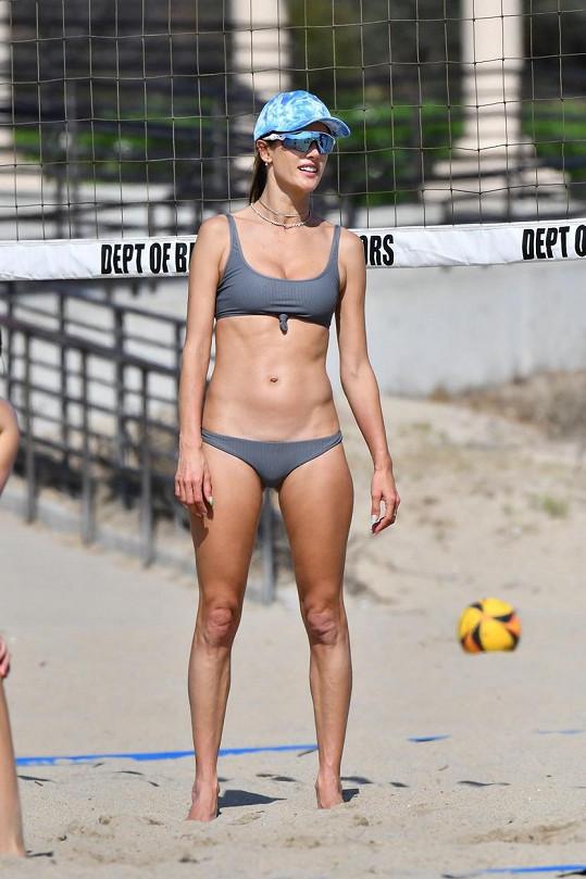 Alessandra Ambrosio si chodí pravidelně zahrát volejbal na pláž v Miami.