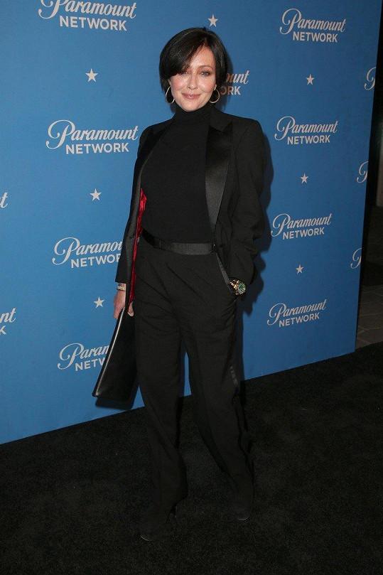 Shannen Doherty vypadala v černém kostýmu a roláku velmi šik.