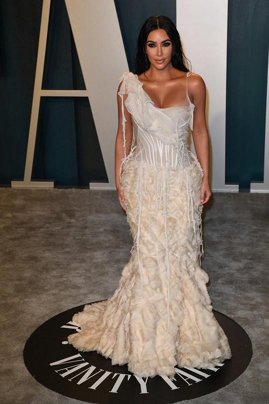 Kim Kardashian a její bujné vnady si takovou slávu nemohly nechat ujít.