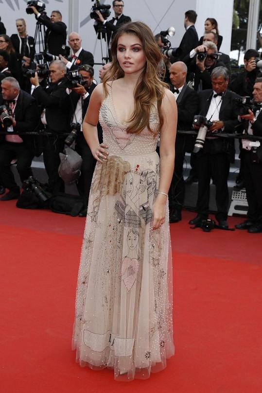 Modelka má na sobě opravdu krásné šaty...