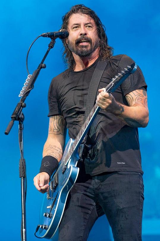 Frontman Foo Fighters Dave Grohl je těžce za vodou, peníze ale nechává odpočívat na účtu.