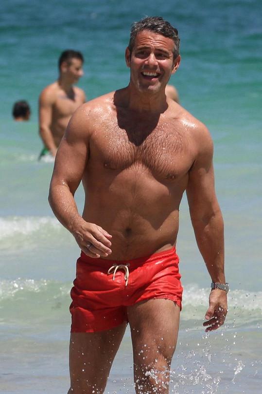 Andy Cohen má i ve 46 letech skvělou postavu.