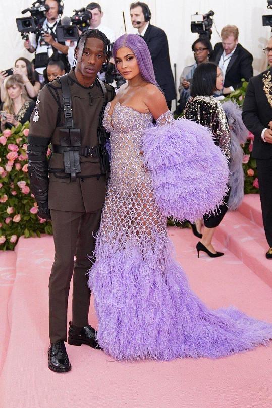 Kylie Jenner je nejmladší dolarovou miliardářkou světa, partner Travis Scott za ní zatím zaostává.