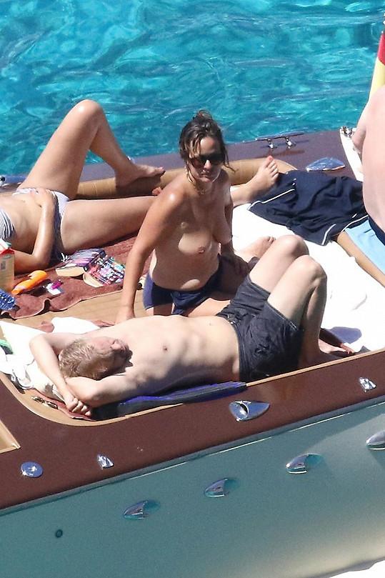 Jade s manželem Adrianem a přáteli na Formenteře.