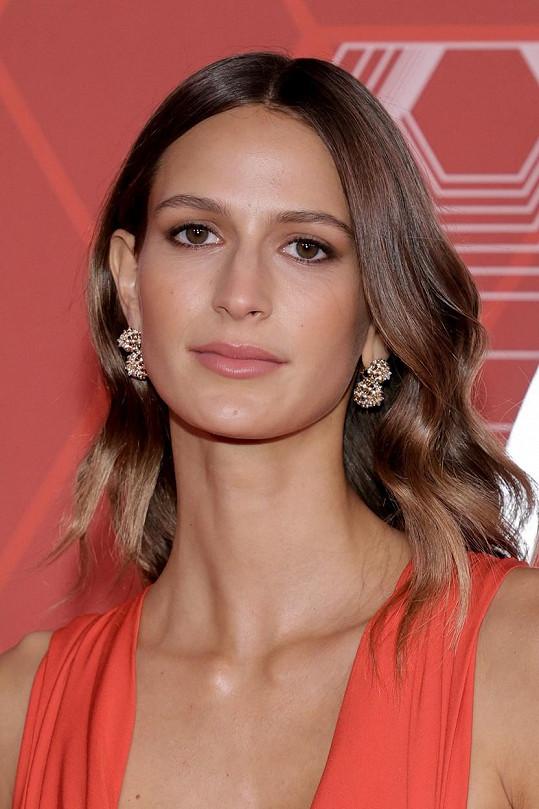Francouzská modelka je o 15 let mladší než Jake.