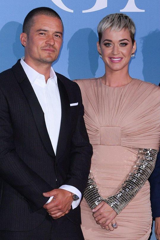 Katy Perry a Orlando Bloom se zasnoubili, postovala zpěvaččina matka.