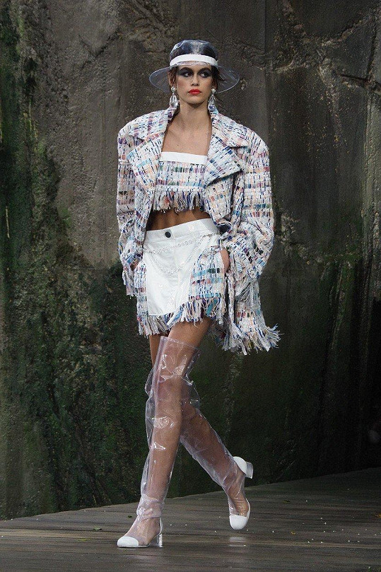 Jako hlavní hvězda módní show Chanel v Paříži