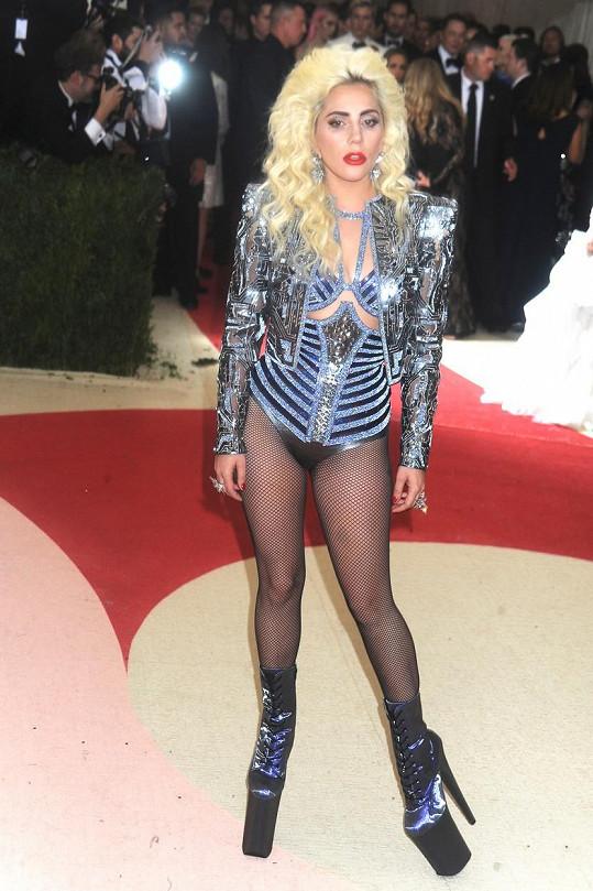 Lady Gaga zhubla a mohla si dovolit extrémně odvážný outfit.