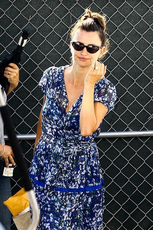 Penélope Cruz při natáčení seriálu The Assassination of Gianni Versace: American Crime Story. Kdo ji zná, nevěřil by, že může hrát Donatellu.