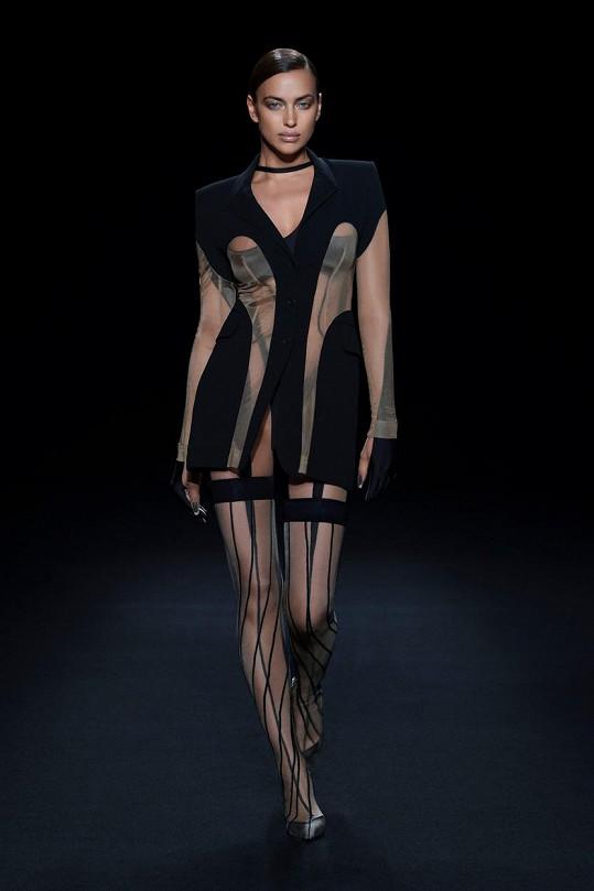 Irina Shayk na přehlídce značky v poloprůhledném modelu.