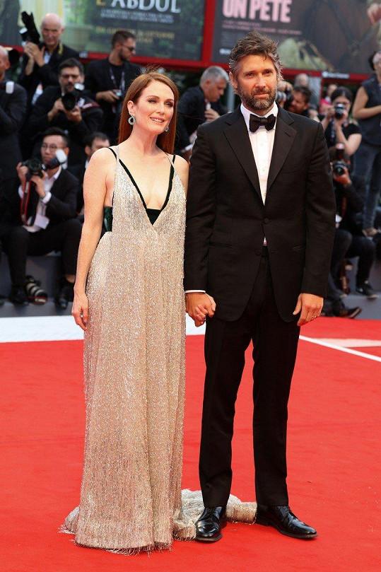 Julianne Moore s manželem Bartem Freundlichem na festivalu v Benátkách
