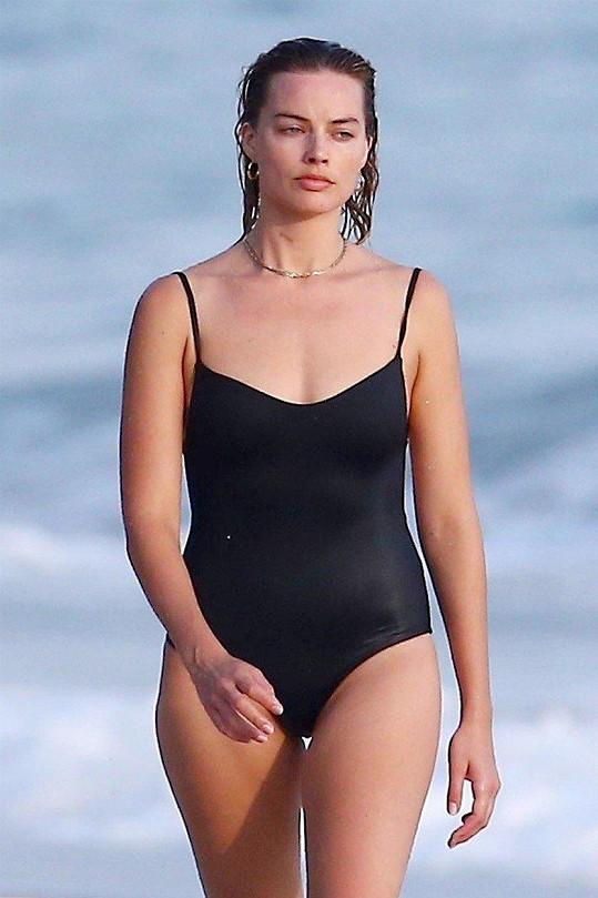 Zvolila jednodílné plavky.