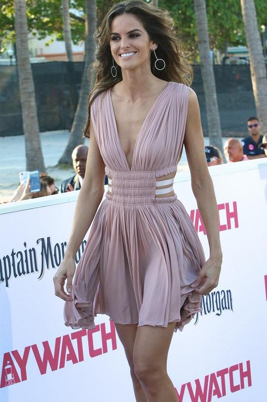Modelka si nenechala ujít premiéru Pobřežní hlídky.