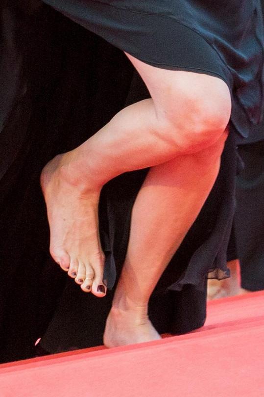 ...a nalakované nehty na nohou také