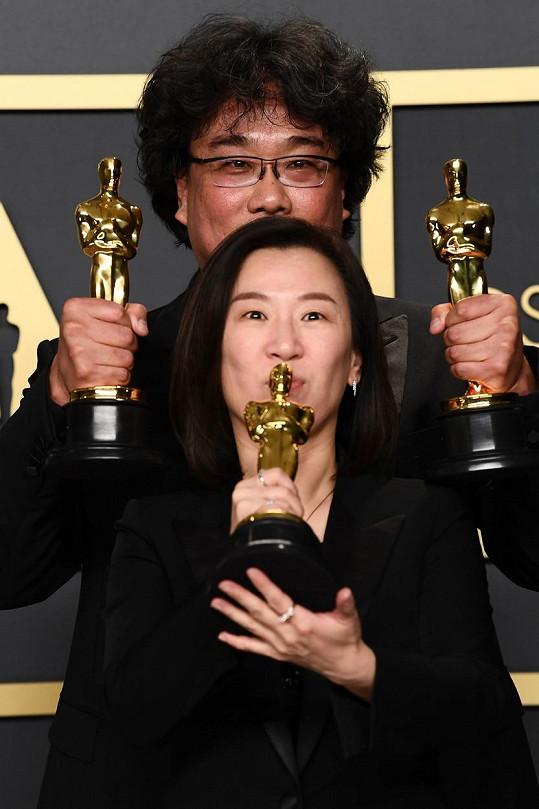 Vítězové letošních Oscarů, režisér a producentka filmu Parazit Bong Joon Ho a Kwak Sin-ae