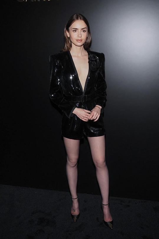 Lily Collins dorazila do Paříže na týden módy.