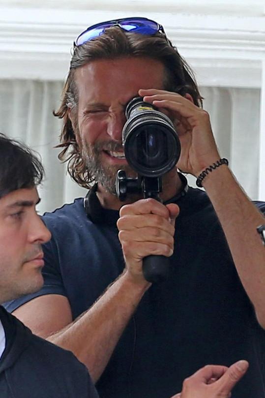Bradley Cooper, který film režíruje, si také zahraje jednu z hlavních postav.