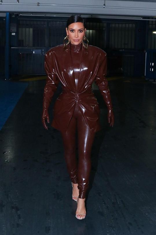 Dokonce oblékla model i v jiných barevných provedeních.