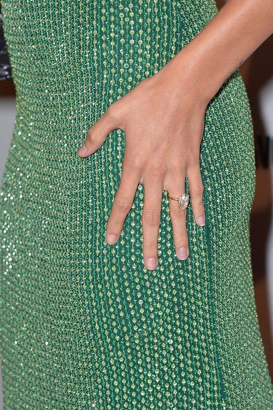 Předvedla i zásnubní prsten s obřím diamantem.