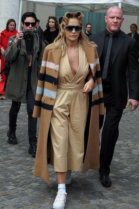 Rita Ora přišla na přehlídku s modelkovským účesem.