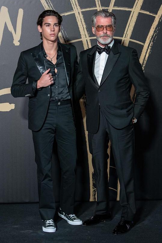 V publiku nechyběl Paridův slavný otec Pierce Brosnan. Před začátkem akce spolu pózovali.