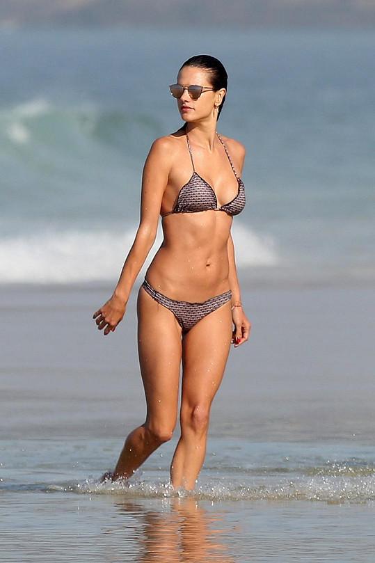Alessandra ukázala své sexy tělíčko v bikinách.