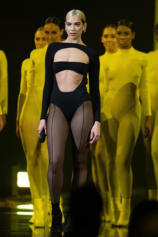 Zpěvačka Dua Lipa miluje odvážné kostýmy na vystoupení.