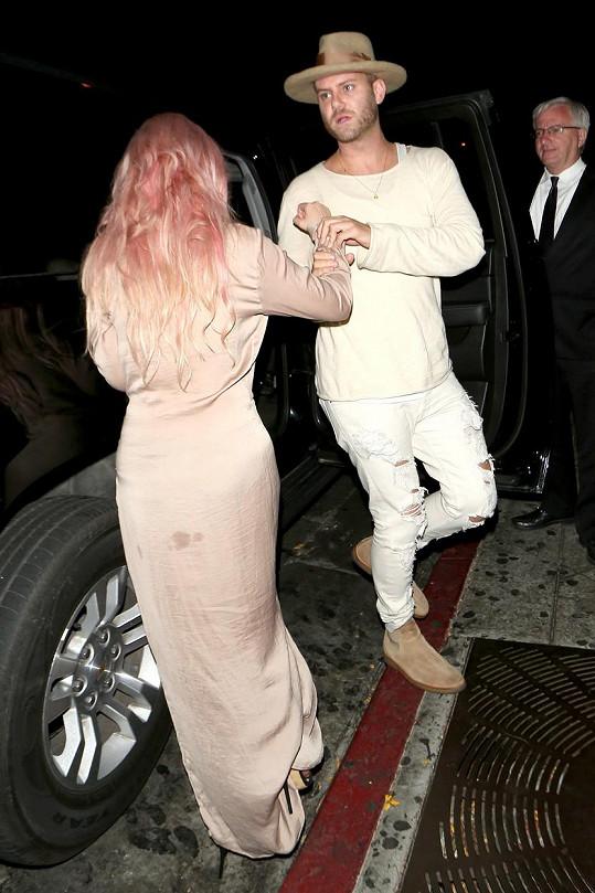 Tori doprovodil na večírek její stylista.