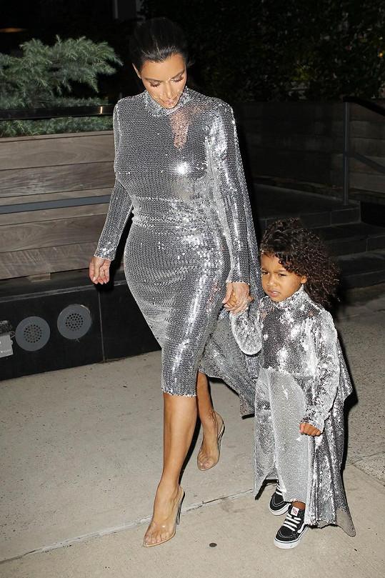 Kim se svým modelem sladila i dceru.