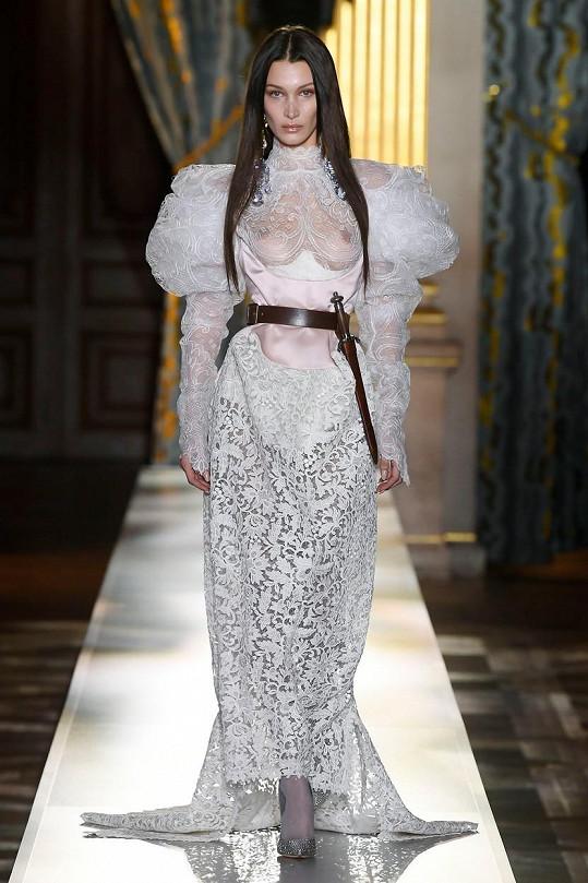 Bella Hadid ukázala poprsí v plné parádě.