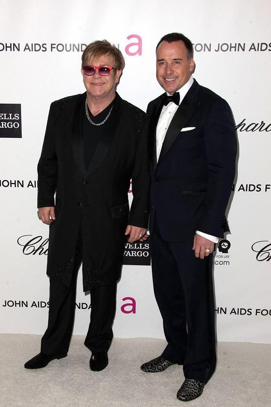Elton John a David Furnish vystupují jako věrný pár.