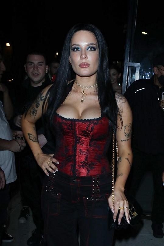 Na párty oblékla korzet, který praskal ve švech.