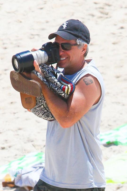 Zpěvák si s fotoaparátem bohatě vystačil.