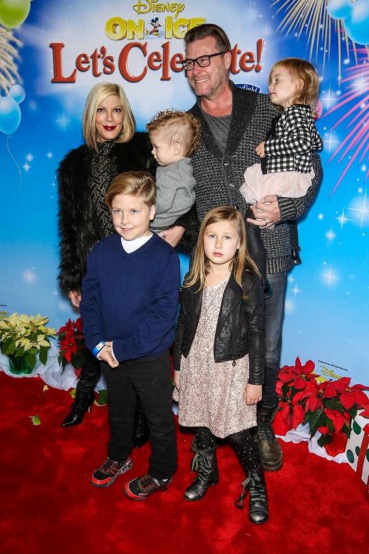 Tori s manželem Deanem a jejich dětmi