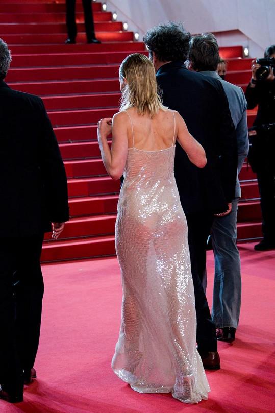 Pod šaty si vzala vysoké kalhotky.